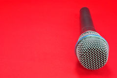 Microphone sur le rouge Photo stock