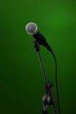 Microphone sur le vert Images libres de droits