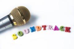 Microphone sur un fond blanc avec la bande sonore de mots images libres de droits