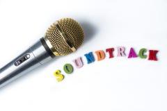 Microphone sur un fond blanc avec la bande sonore de mots photo stock