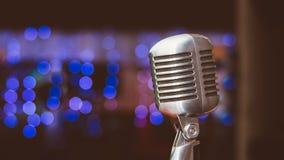 Microphone sur un fond des lumières bleues Photos stock