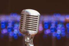 Microphone sur un fond des lumières bleues Photos libres de droits