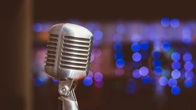 Microphone sur un fond des lumières bleues Images stock