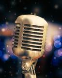Microphone sur un fond des lumières bleues Photographie stock