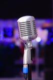 Microphone sur un fond des lumières bleues Image libre de droits