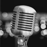 Microphone sur un fond des lumières bleues Photo libre de droits