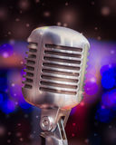 Microphone sur un fond des lumières bleues Image stock