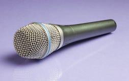 Microphone tenu dans la main Image stock