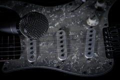 Microphone vocal et guitare électrique Photos stock