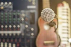 Microphones et appareil d'enregistrement dans le studio photos stock