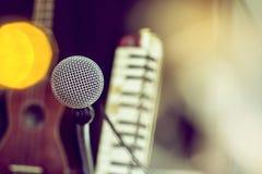 Microphones et appareil d'enregistrement dans le studio photo libre de droits