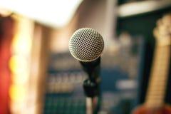 Microphones et appareil d'enregistrement dans le studio photographie stock