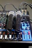 Microphones sans fil se trouvant sur la console de mélange Images libres de droits