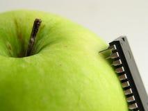 Microplaqueta-ataque na maçã verde! imagens de stock royalty free