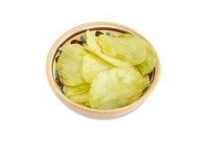 A microplaqueta de batata flavored o wasabi na bacia cerâmica Fotos de Stock Royalty Free