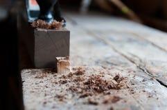 Microplaqueta de madeira no foco após ter aplanado uma placa de madeira fotografia de stock