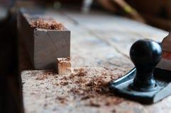 Microplaqueta de madeira no foco após ter aplanado uma placa de madeira fotos de stock