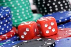 Microplaqueta de póquer e cubos vermelhos Imagem de Stock Royalty Free