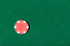 A microplaqueta de póquer vermelha está na tabela Fotografia de Stock Royalty Free