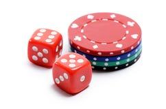 Microplaqueta de pôquer e cubos vermelhos Foto de Stock Royalty Free