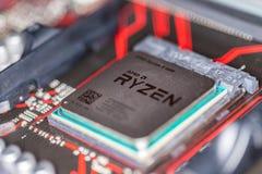 Microplaqueta de processador de AMD Ryzen em um mainboard positivo da prima 350 de Asus foto de stock royalty free