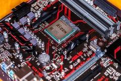Microplaqueta de processador de AMD Ryzen em um mainboard positivo da prima 350 de Asus Imagem de Stock