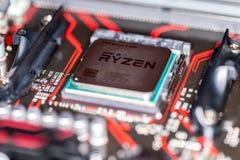 Microplaqueta de processador de AMD Ryzen em um mainboard positivo da prima 350 de Asus Imagens de Stock Royalty Free