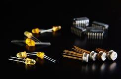 Microplaqueta eletrônica e componentes de rádio foto de stock royalty free