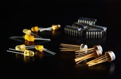 Microplaqueta eletrônica e componentes de rádio imagem de stock royalty free