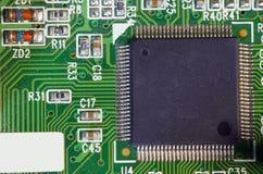 Microplaqueta eletrônica e inscrição padrão dos resistores e dos condensadores imagem de stock royalty free