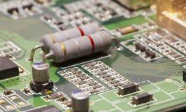 Microplaqueta eletrônica e inscrição padrão dos resistores e dos condensadores imagens de stock royalty free