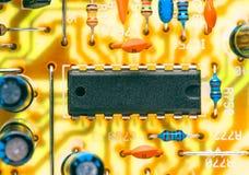 Microplaqueta eletrônica e outros componentes fotografia de stock royalty free