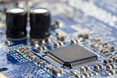 Microplaqueta eletrônica na placa de circuito Foto de Stock