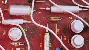 Microplaqueta empoeirada velha do microcircuito com componentes eletrônicos video estoque