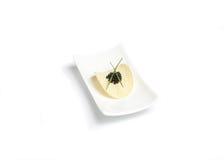 Microplaqueta preta do caviar e de batata fotografia de stock