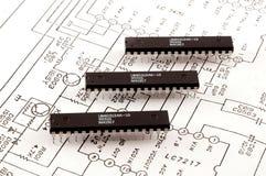 Microplaqueta três situada no fundo esquemático Fotografia de Stock