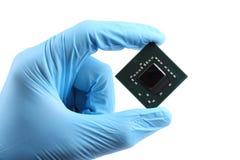 Microplaqueta video do portátil à disposição isolada no branco imagem de stock