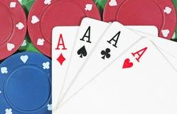 Microplaquetas & cartões do póquer Fotografia de Stock