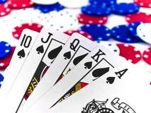 Microplaquetas brancas e azuis vermelhas do póquer e resplendor real   fotografia de stock royalty free