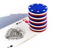 Microplaquetas brancas e azuis vermelhas do póquer em cartões de jogo Imagens de Stock