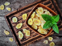 Microplaquetas caseiros saudáveis da banana Fotografia de Stock