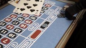 Microplaquetas da aposta na cor preta na tabela da roleta filme