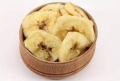 Microplaquetas da banana em uma forma circular de madeira Foto de Stock Royalty Free