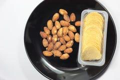 Microplaquetas de batata com a amêndoa roasted isolada Imagens de Stock