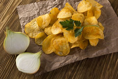 Microplaquetas de batata com cebola Fotos de Stock