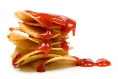 Microplaquetas de batata com ketchup de tomate Foto de Stock