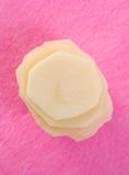 Microplaquetas de batata crua Fotos de Stock Royalty Free
