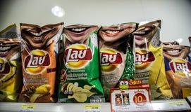Microplaquetas de batata das configurações em Tailândia imagens de stock