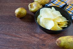 Microplaquetas de batata e batata crua fritadas foto de stock royalty free