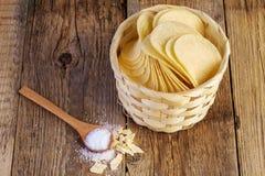 Microplaquetas de batata em uma cesta de madeira Fotografia de Stock Royalty Free
